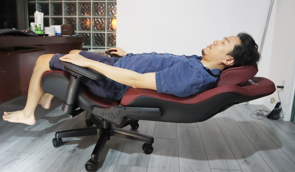 Kaiser Big and Tall Gaming Chair Tilting and Reclining